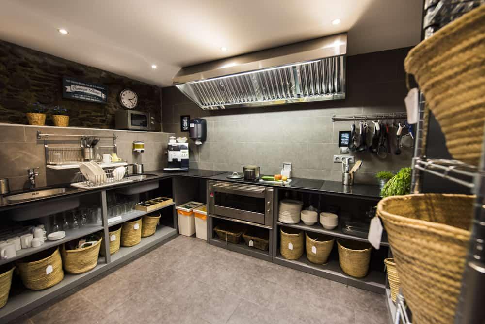 Gran cocina abierta y compartida en Mountain Hostel Tarter