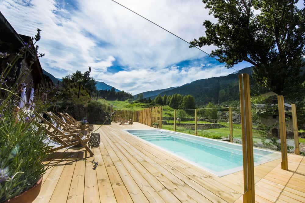 Disfruta de nuestro jacuzzi exterior, con agua caliente con unas vistas a la montaña espectaculares