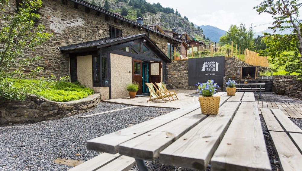 Terrasse d'été avec barbecue à Mountain Hostel Tarter